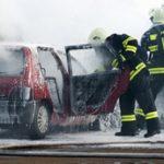 Fahrzeug wird gelöscht mit umweltfreundlichen Löschmittel Prevento